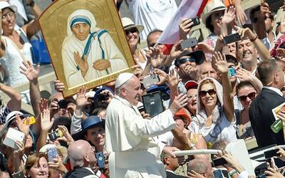 El papa Francisco proclama santa a la madre Teresa de Calcuta