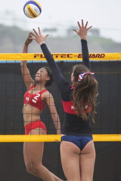 Una peruana y una paraguaya disputando un punto de oro en tierras limeña...