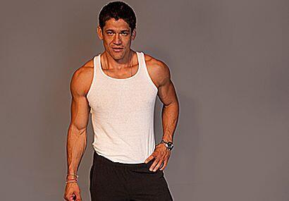 Oscar Luna nació en Chapala, Jalisco, México. Con una altura de 6'3'' y...