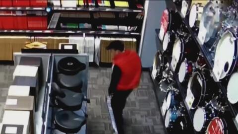 Un joven desafía la seguridad y se roba una guitarra escondiéndola en su...