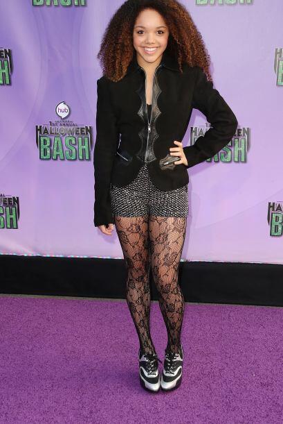 Ella eligió usar un 'outfit' muy vampirezco y 'cool', sólo le hacen falt...
