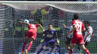 Paulo Da Silva, con este frentazo puso el primero en el marcador al minu...