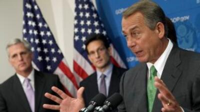 El presidente del Congreso, John Boehner (derecha) junto al líder de la...
