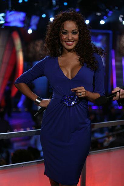 Con vestido azul corto y cabello rizado Karol luce como la reina del Ama...