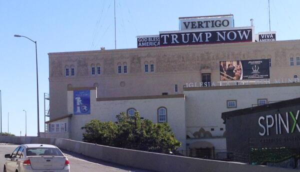 ¿Viva Trump? Letrero colocado en la intersección de autopistas 110 y 10.