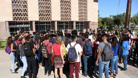 Estudiantes protestan por la elección de Donald Trump en Phoenix, Arizona.