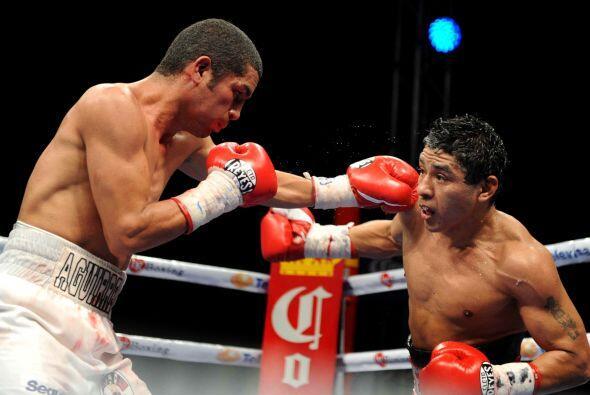 Keb, de 33 años dominó de principio a fin la pelea disputada en el Polif...