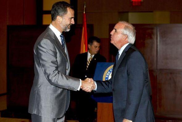 El príncipe Felipe saluda al alcalde del condado de Miami-Dade, Carlos J...