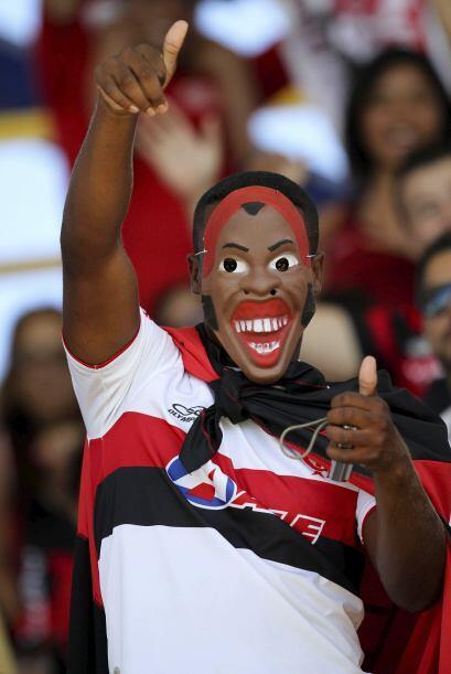 Las careta con la imagen del futbolista sigue apareciendo en todo Río de...