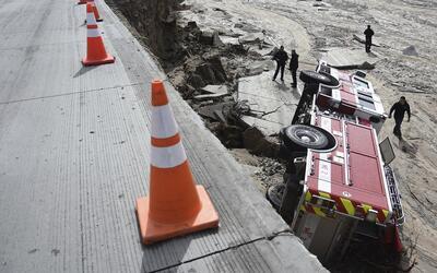 Un camión de bomberos cayó dentro de un boquete que se for...