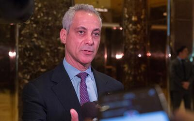 El alcalde de Chicago le entrega una carta a Donald Trump defendiendo a...