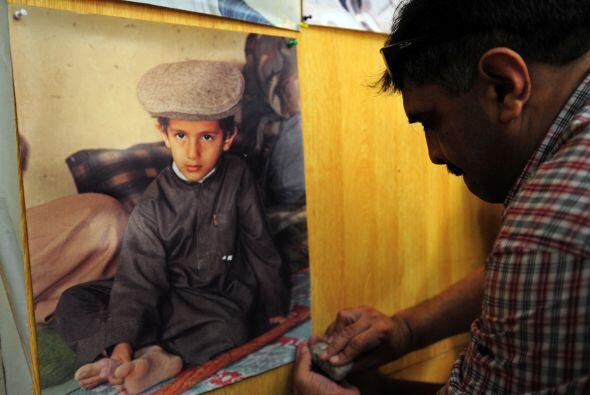 Un fotógrafo muestra la foto que le tomó a uno de los hijo...