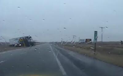 En video, la maniobra de un agente para esquivar un pesado camión que lo...