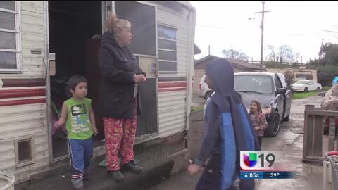 Familias en Modesto evacúan sus viviendas por los altos niveles del río...