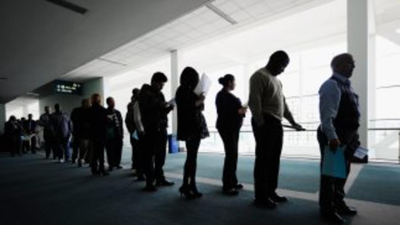 Las solicitudes de ayuda por desempleo cayeron a su nivel más bajo desde...