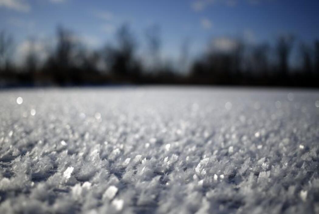 Cristales de hielo se forman encima de un estanque congelado en Lawrence...