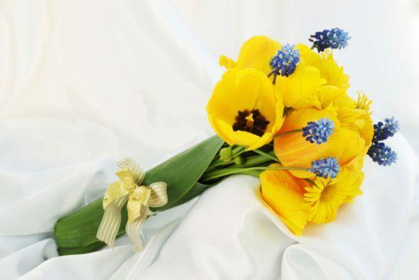 en el ramo también puedes llevar grandes flores amarillas. Si decidiste...