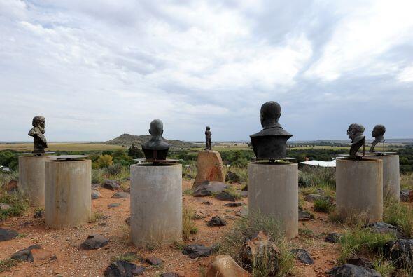 Esta foto refleja estatuas de héroes apartheid ubicado en la ciudad de O...