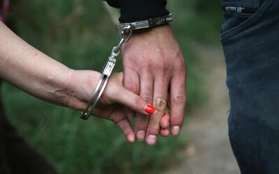 Una pareja de inmigrantes indocumentados arrestada por agentes de la Pat...