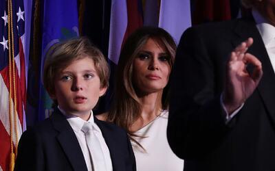 Mira cómo Barron Trump casi se duerme mientras su padre daba su discurso...