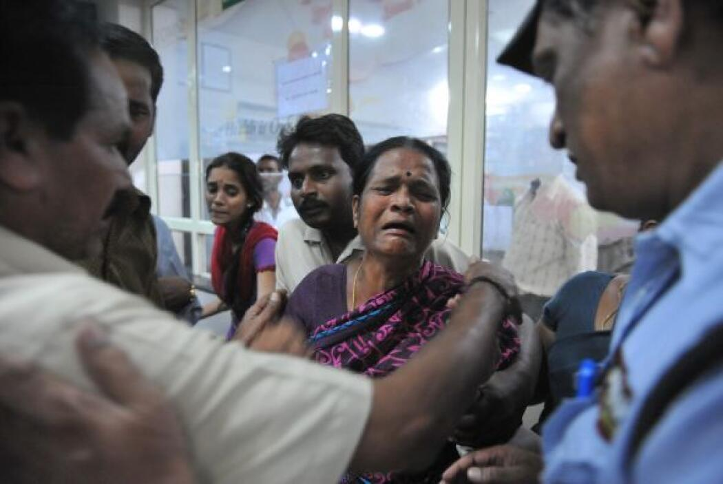 En el hospital, las víctimas ensangrentadas yacían en camillas, mientras...