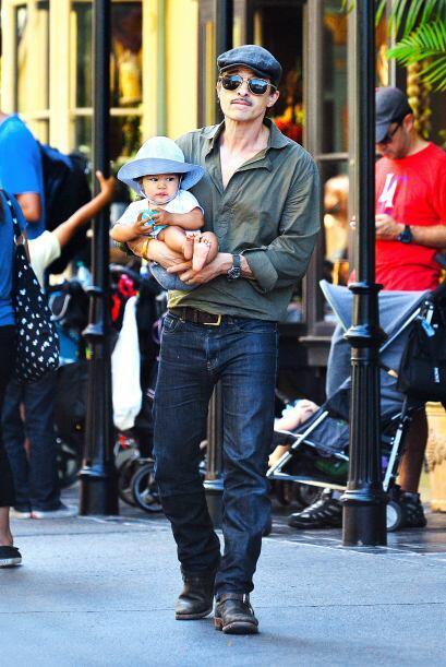 El francés con el bebé. Mira aquí más videos...