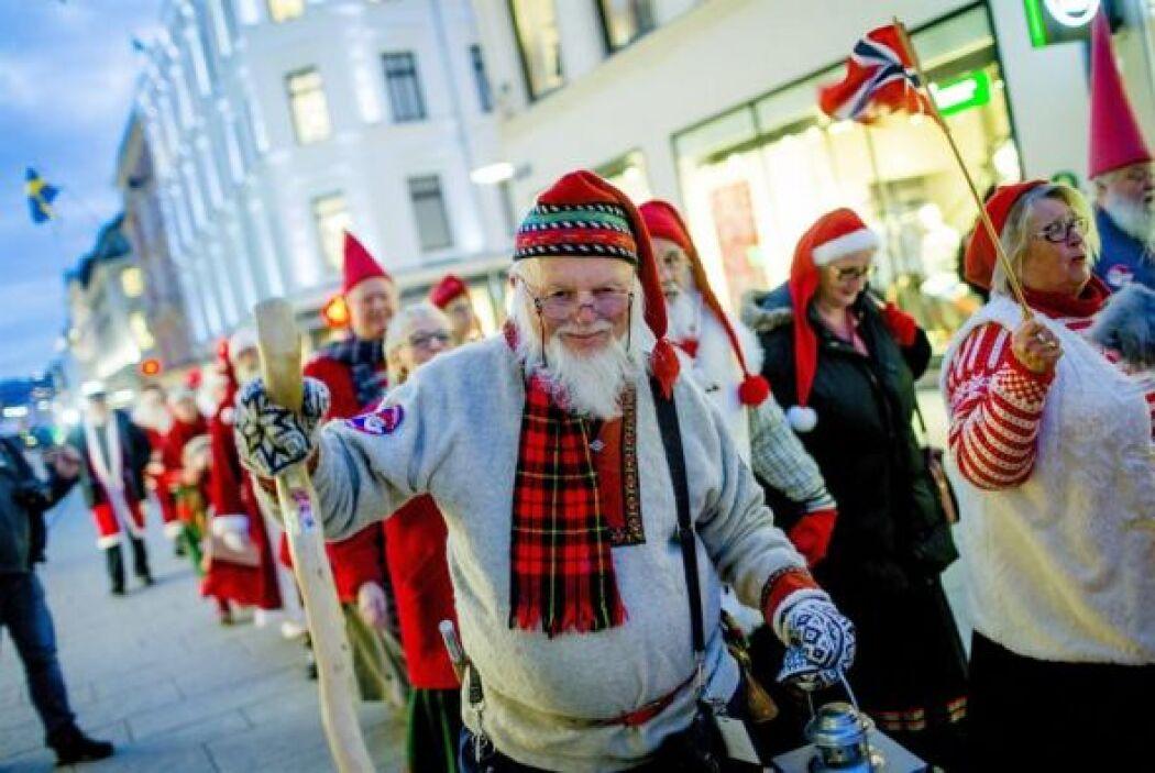 Varias personas disfrazadas de Santa Claus se dirigen hacia el Parlament...