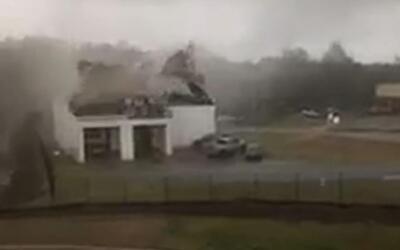 En video: una tormenta arranca el techo de una estación de bomberos