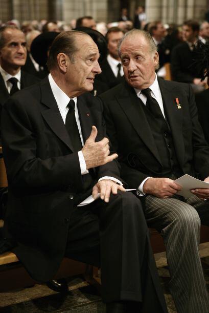 Jacques Chirac conversa con el rey Juan Carlos en el interior de la Cate...