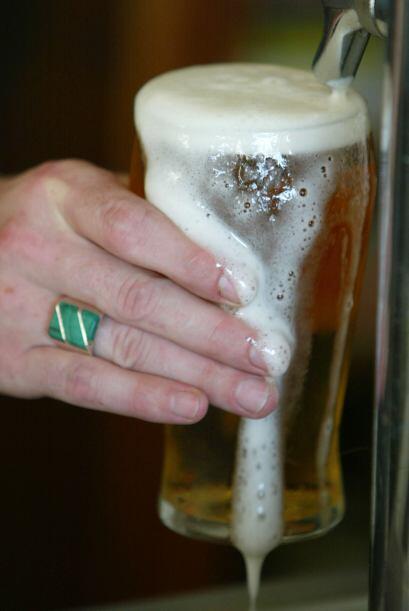 Evita las bebidas alcohólicas, aunque estén frías, ya que el alcohol es...