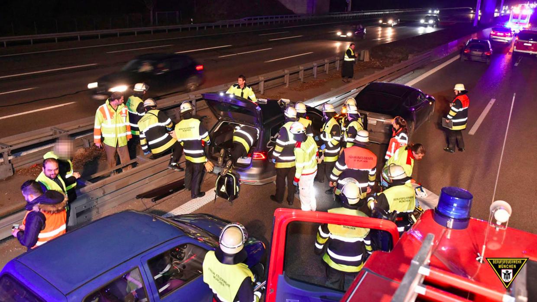 Imagen de los bomberos en plena labor de rescate.
