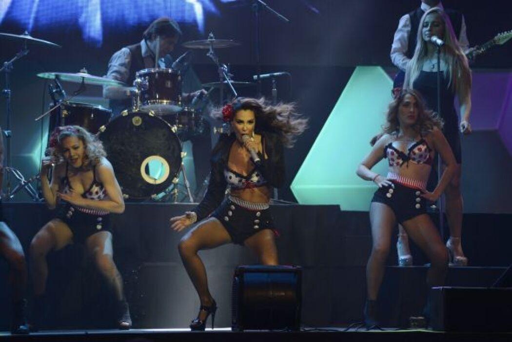 El show se puso candente con su baile.