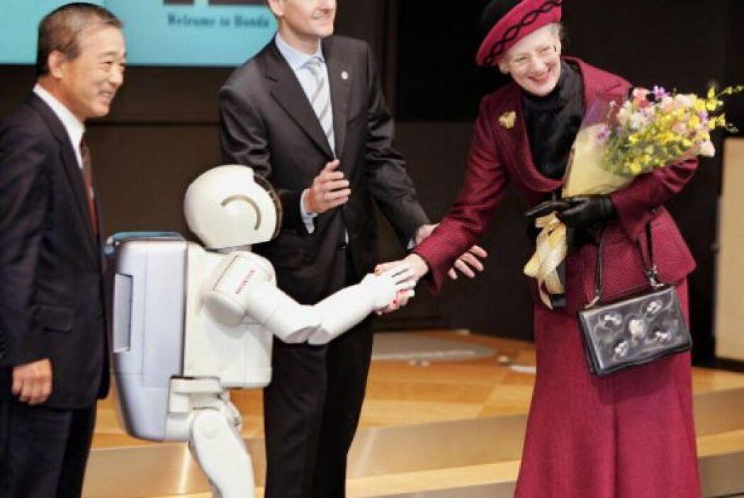 En 2004, ASIMO también emocionó a la reina Margrethe II de Dinamarca dur...