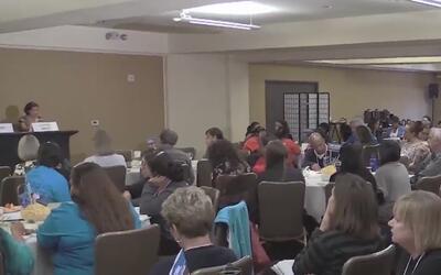 Activistas se reúnen con la comunidad inmigrante de Contra Costa para or...