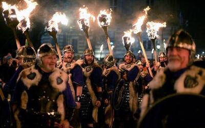 Hombres vestidos como vikingos participan en la procesión de las antorch...