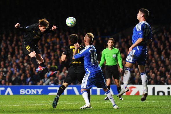 Vaya, miren a Lionel Messi con tremendo salto para rematar un balón a pl...
