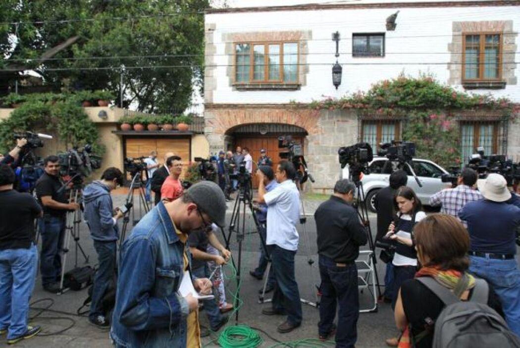 Tras ella, Guillermo Angulo, el escritor colombiano que ha sido uno de l...