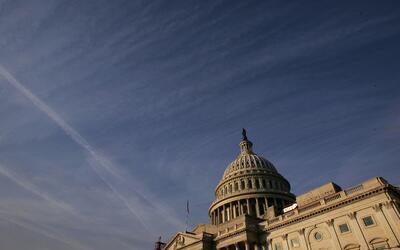 Algunas nubes se ciernen sobre el Capitolio en Washington para la mayor&...