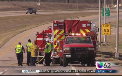 Autoridades atienden un voraz incendio en Del Valle, Texas