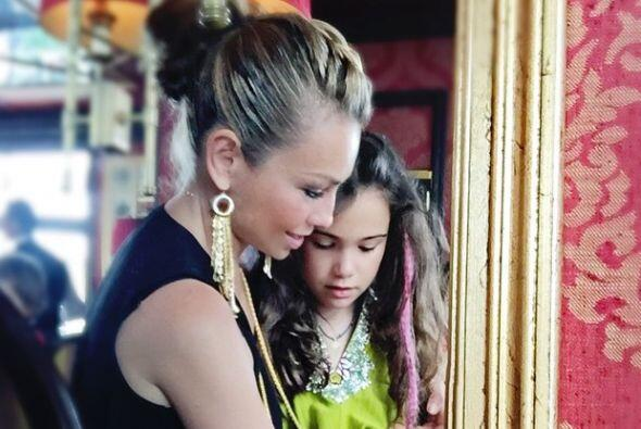 Nada más y nada menos que la hija de Thalía, Sabrina Sakaë.