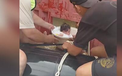 En un tina de plástico, así rescataron a una bebé de un mar de agua turb...