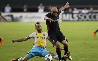 D.C. United se mantuvo en la pelea con un triunfo 3-0 sobre el Crew.