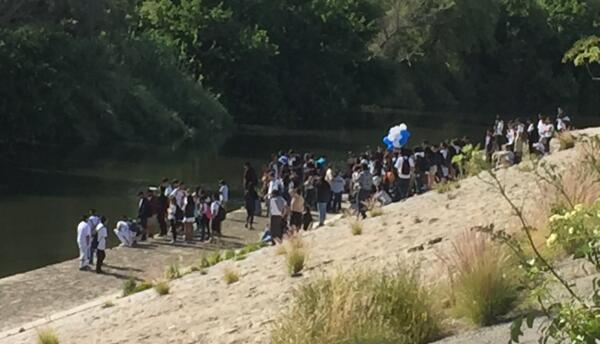 Decenas de personas recuerdan a Carlos y a Gustavo, fallecidos en el río.