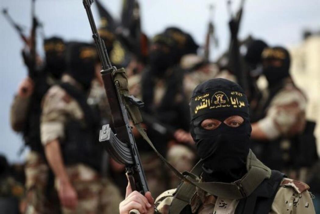 Un militante de la yihad islámica alza sus armas durante un funeral de t...