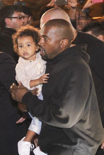 Kanye cargando a Nori para ir a cenar.