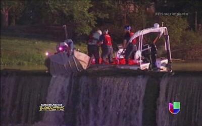 Extraordinario rescate de un bote que estuvo a punto de caer por una cas...