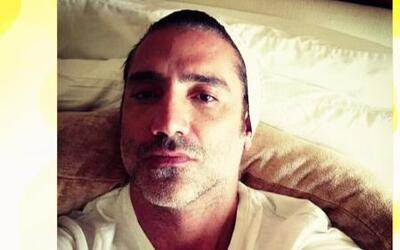 ¡Alejandro Fernández envió una foto en la cama!