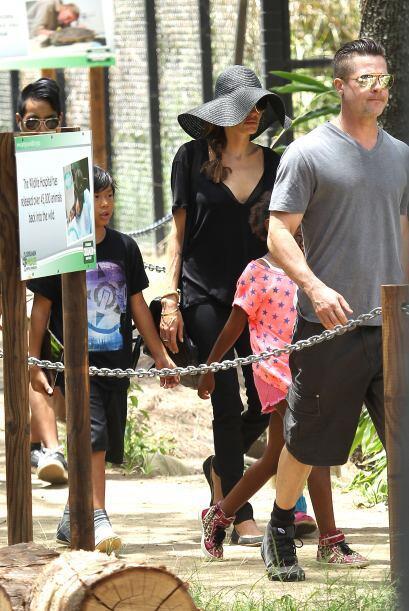 Angelina se cubrió del sol con este gigantesco sombrero. Mira aqu...