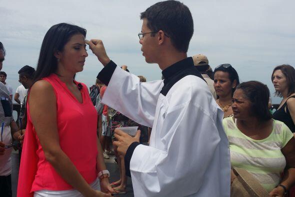 Maity recibió la ceniza que simboliza la conversión y nuev...