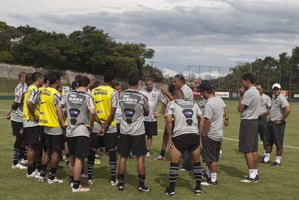 El entrenador Tite reparte instrucciones al plantel del equipo del cual...